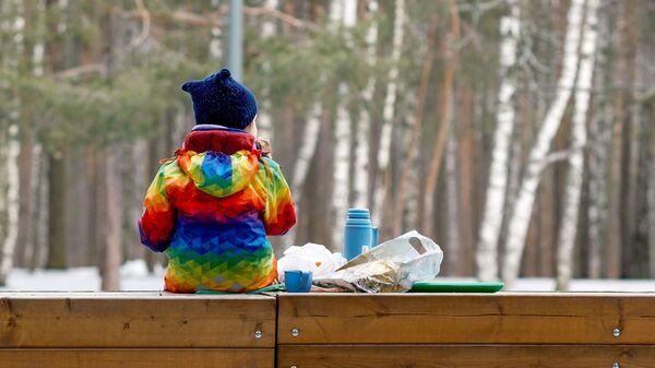 Ребенок отдыхает в одном из парков Санкт-Петербурга