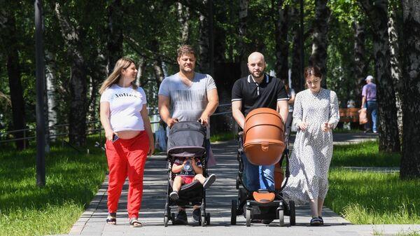 Отдыхающие в парке Дружбы в Москве