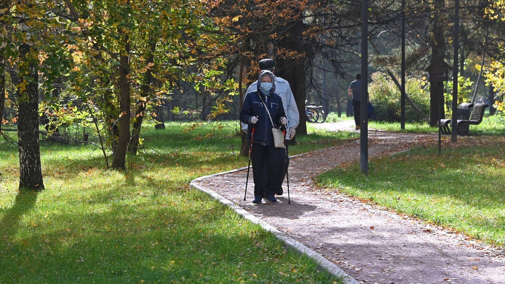 Отдыхающие в парке имени 50-летия Октября в Москве - РИА Новости, 1920, 07.04.2021