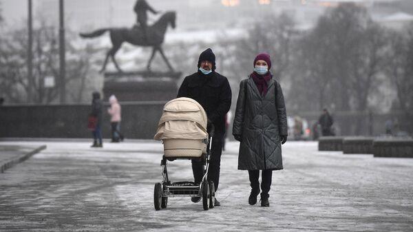 Прохожие с детской коляской