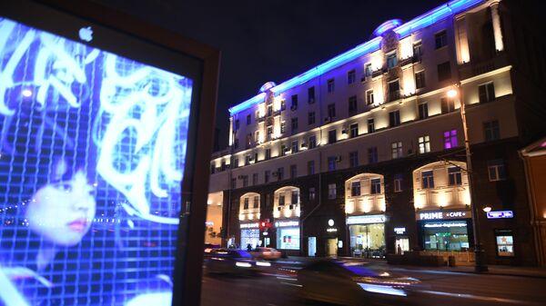 Здание на Тверской улице, подсвеченное синим цветом в рамках международной акции Зажги синим, которая приурочена к Всемирному дню распространения информации об аутизме