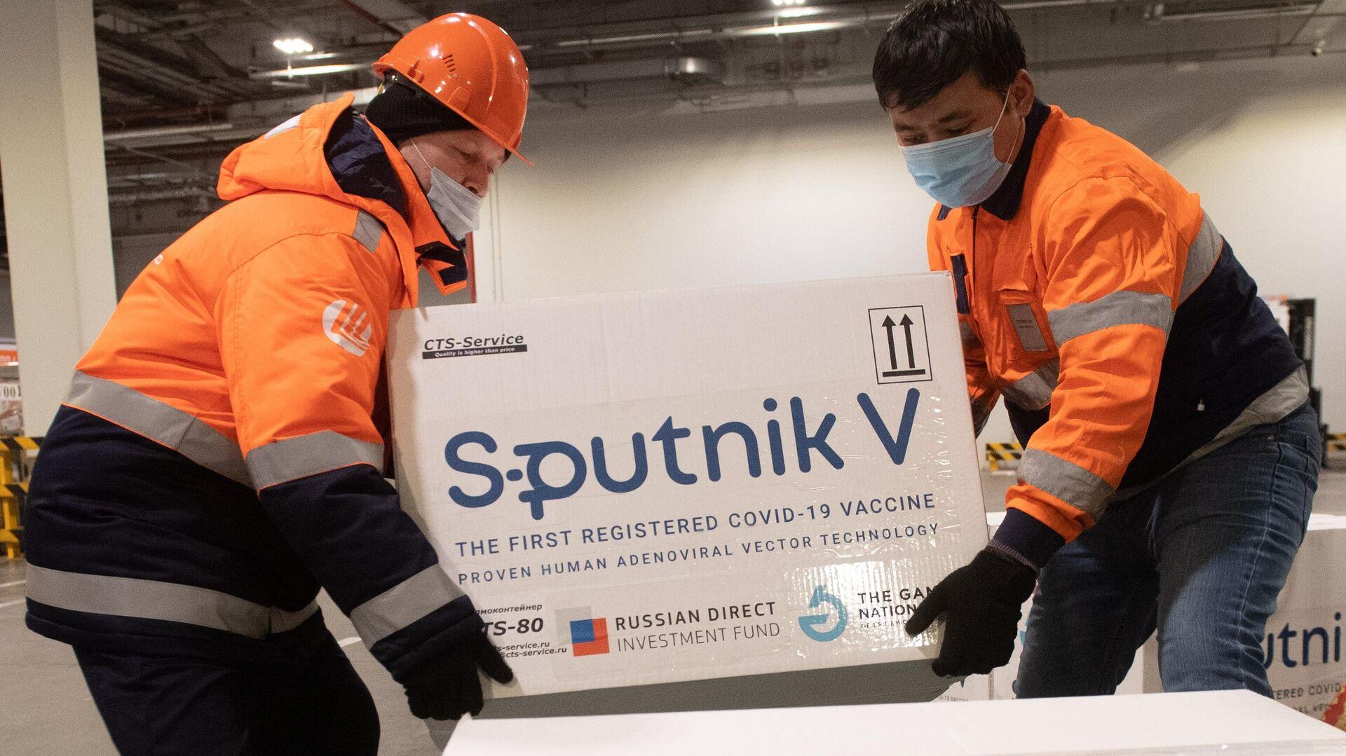 Доставка вакцины Sputnik V на склад в грузовой терминал Москва Карго - РИА Новости, 1920, 29.04.2021