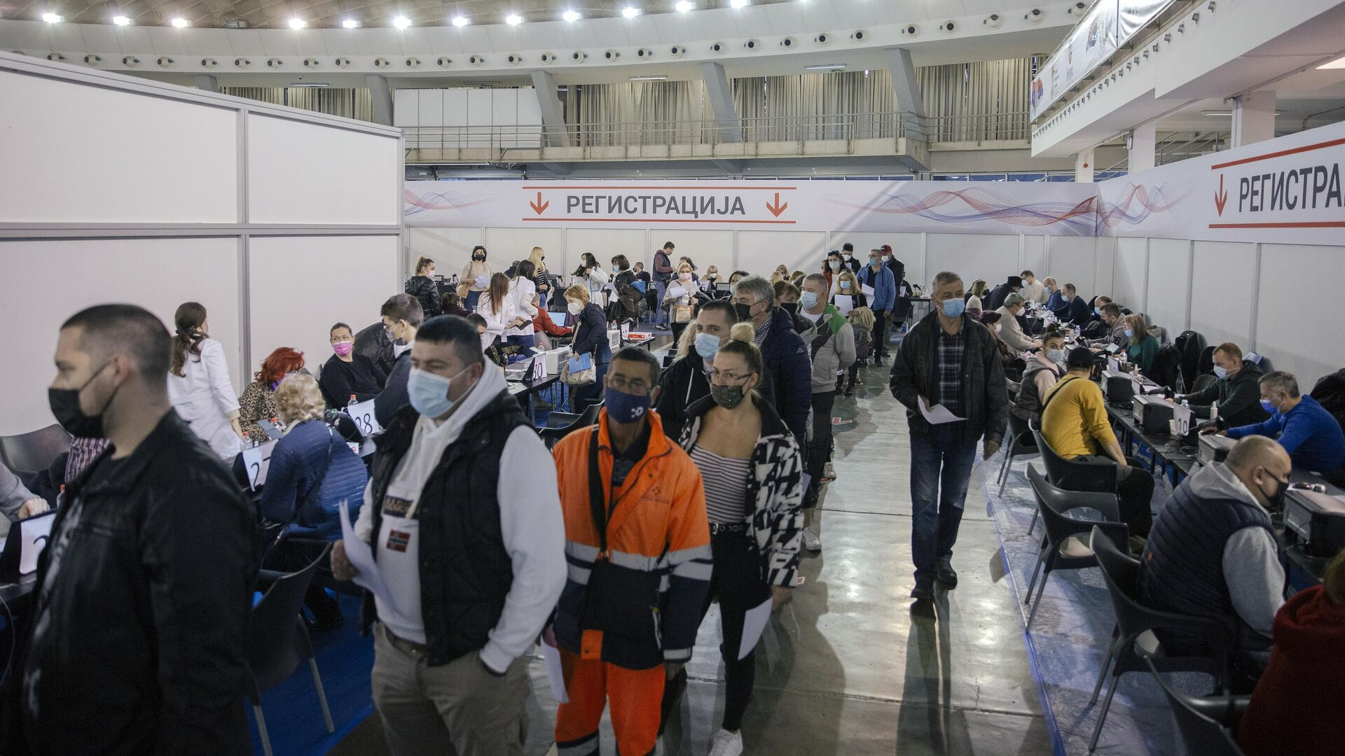Жители Белграда во время регистрации перед вакцинацией от COVID-19 российским препаратом Sputnik V - РИА Новости, 1920, 22.09.2021