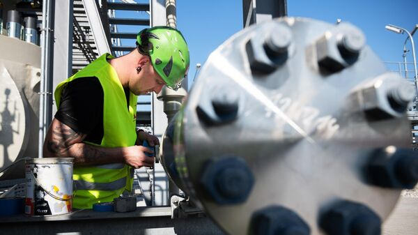 Рабочий на территории газораспределительного центра магистрального газопровода Северный поток-2 в городе Любмин в Германии