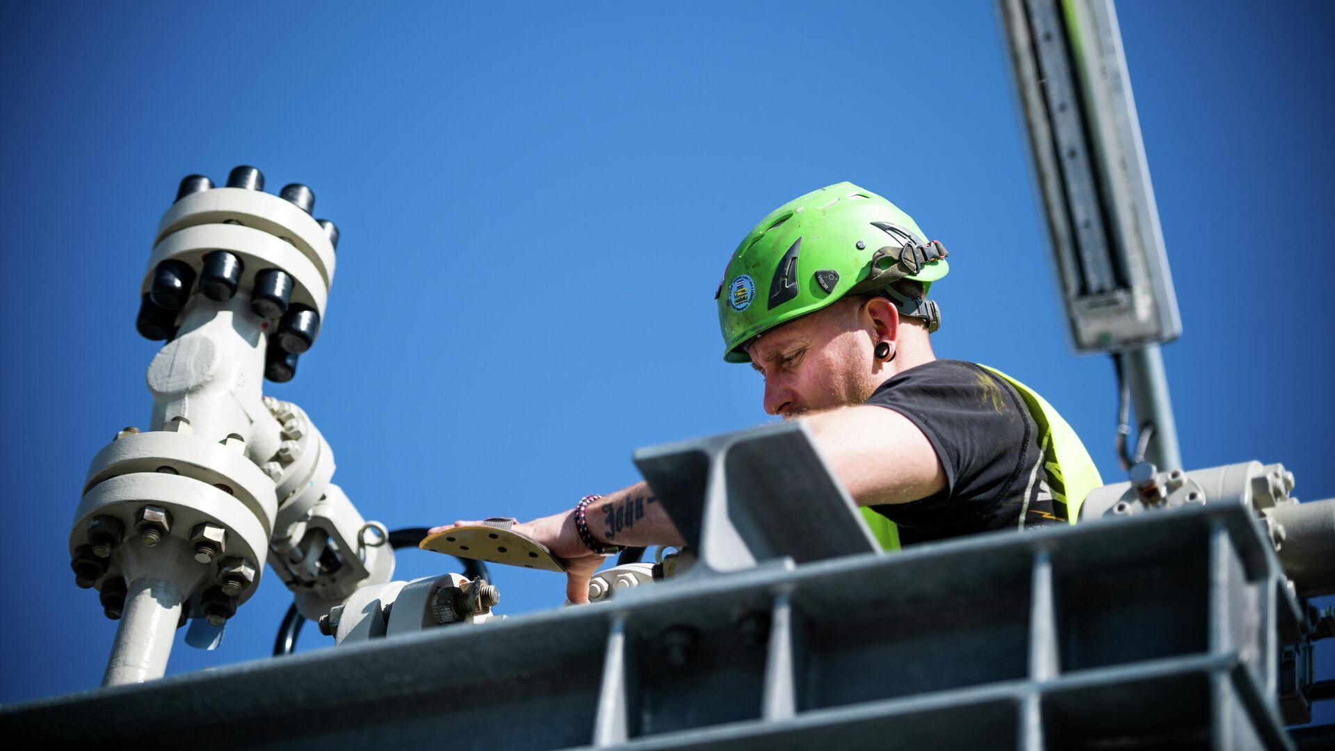 Специалист работает на территории газораспределительного центра магистрального газопровода Северный поток-2 в городе Любмин в Германии1