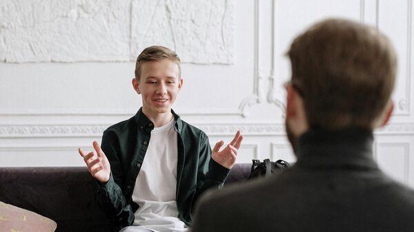Подросток разговаривает с взрослым