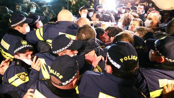 Сотрудники правоохранительных органов и участники акции протеста против визита российского телеведущего Владимира Познера в Тбилиси