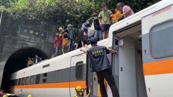 На месте крушения пассажирского поезда на Тайване