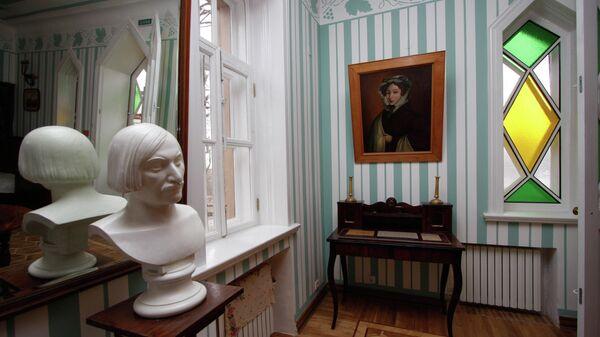 Бюст писателя, сделанный на основе посмертной маски Н. В. Гоголя в родовом имении Васильевке в Полтавской области Украины