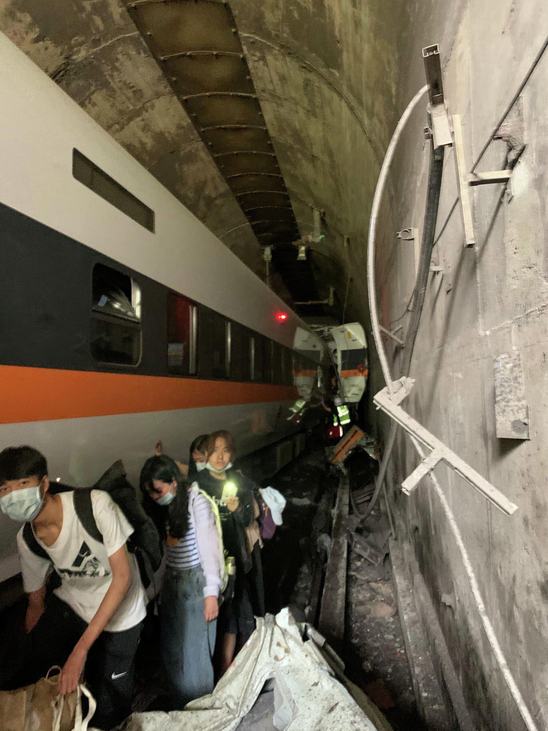 На месте крушения пассажирского поезда на Тайване - РИА Новости, 1920, 02.04.2021