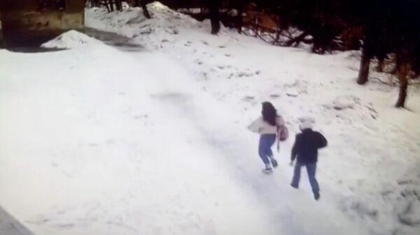 В Новосибирске ищут преступника, ограбившего девочку в школьном дворе