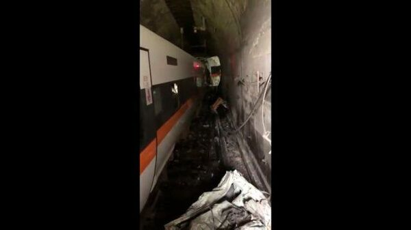 Кадры очевидцев с места крушения поезда на Тайване