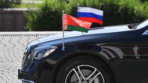 Флаги России и Белоруссии на капоте автомобиля