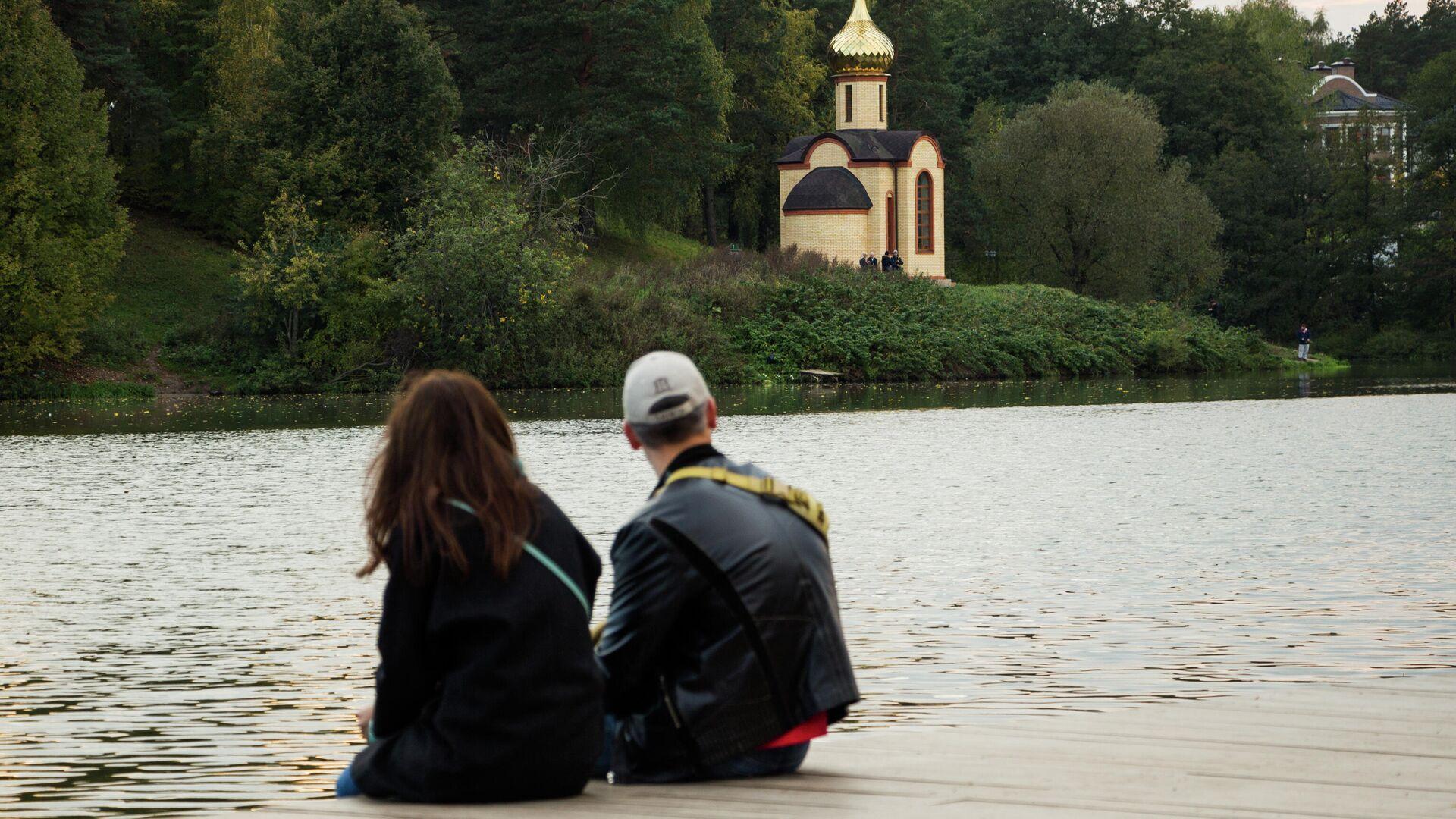 Молодые люди отдыхают в усадебном парке Суханово в Московской области - РИА Новости, 1920, 30.08.2021