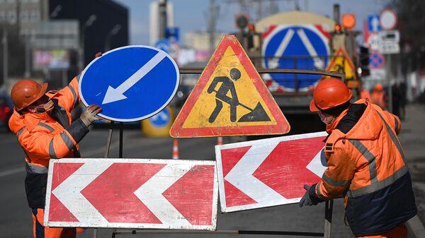 Рабочие во время ремонта асфальтобетонного покрытия