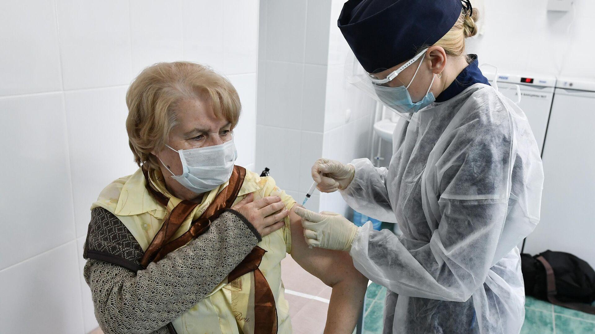 Пациент во время прививки вакциной Гам-Ковид-Вак (Спутник V) от COVID-19 в 7-й городской поликлинике Симферополя - РИА Новости, 1920, 13.10.2021