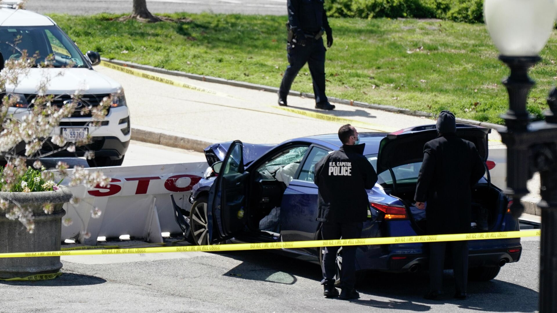 Офицеры полиции Капитолия США возле автомобиля, который врезался в заграждение на Капитолийском холме в Вашингтоне - РИА Новости, 1920, 03.04.2021