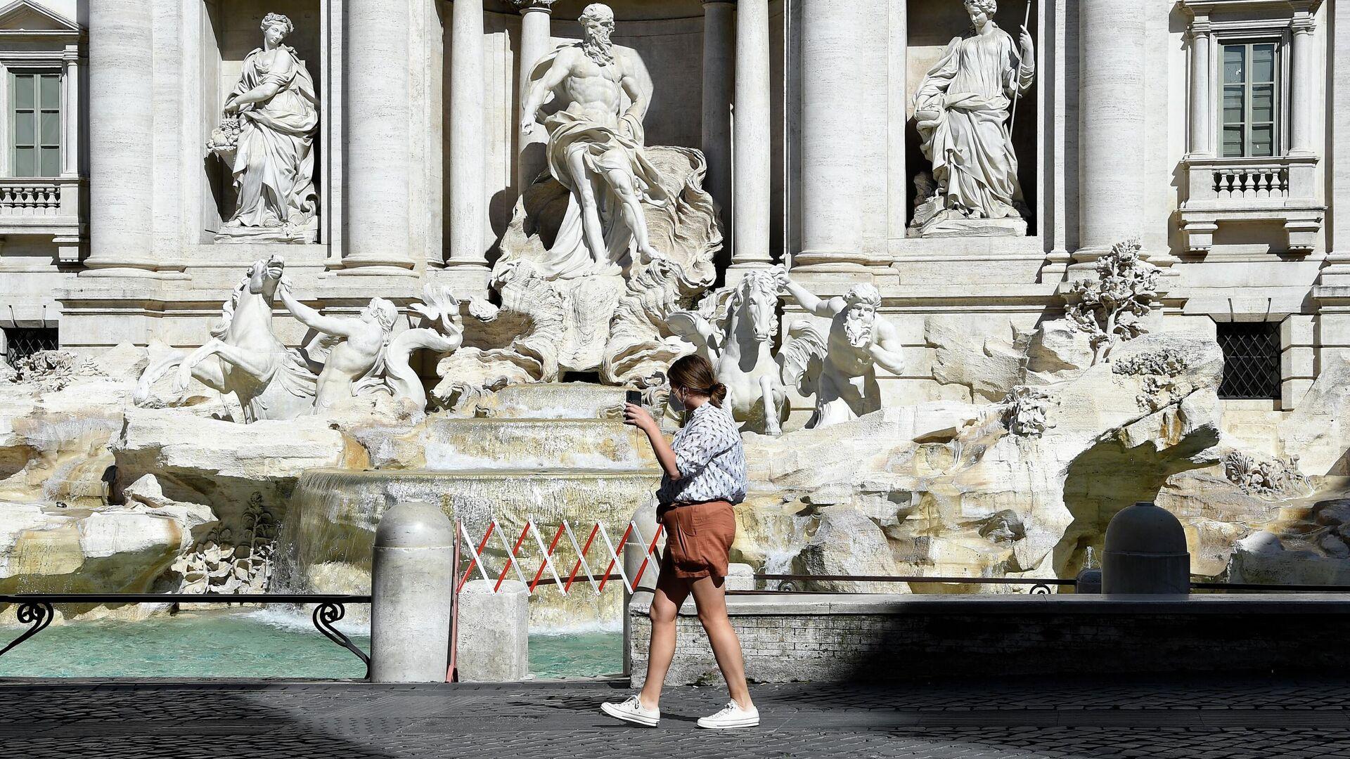 Девушка у фонтана Треви в Риме - РИА Новости, 1920, 06.04.2021