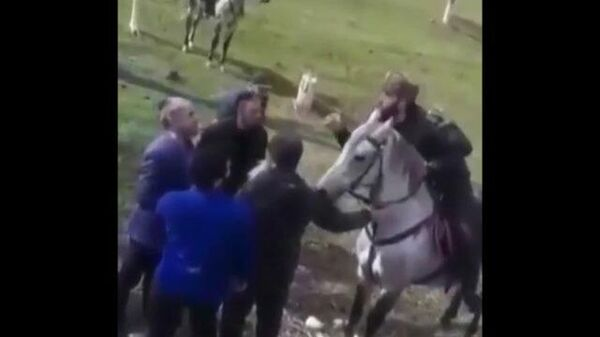 Дагестанская полиция остановила колонну всадников из Чечни. Кадры инцидента