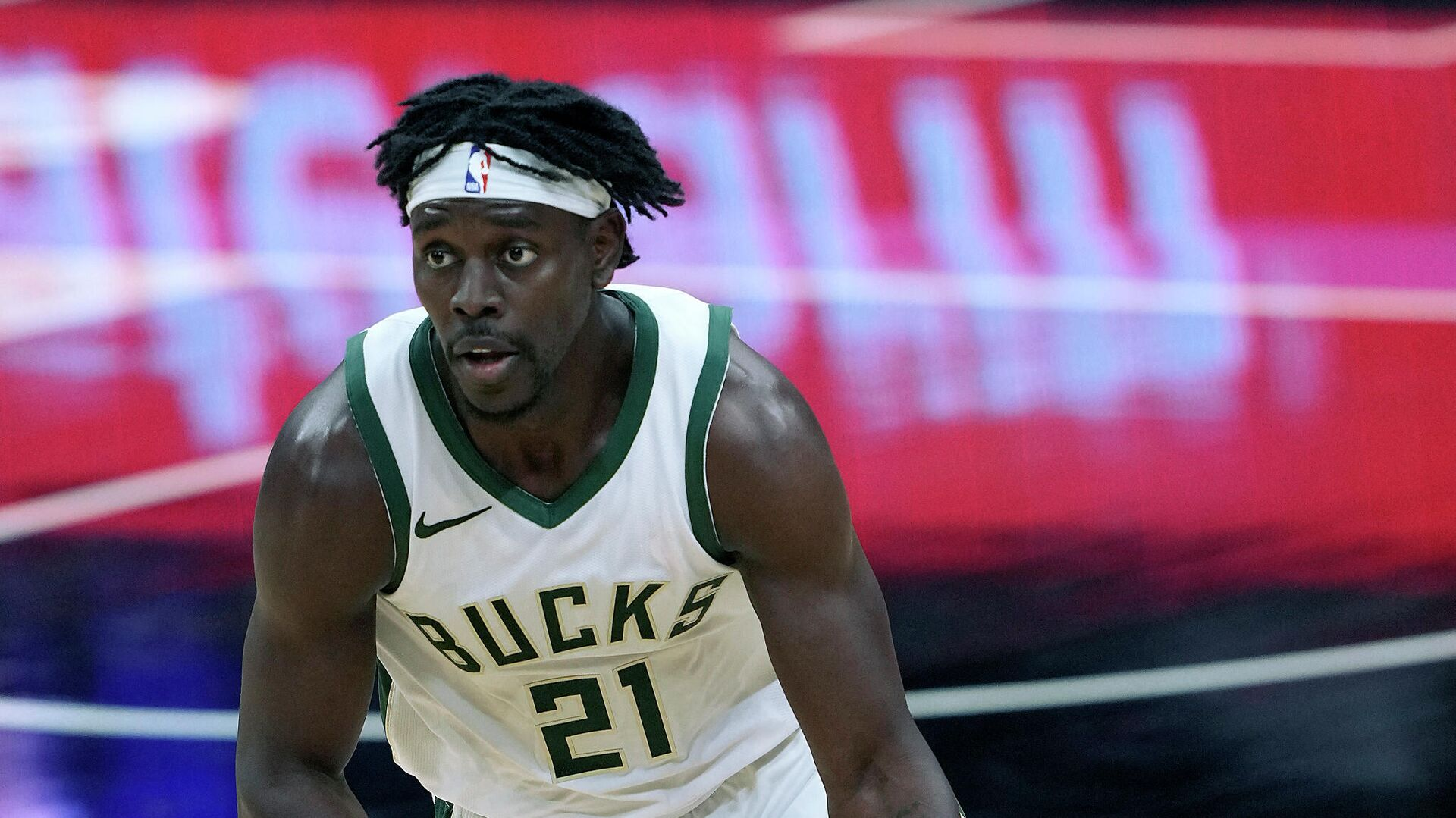SACRAMENTO, CALIFORNIA - APRIL 03: Jrue Holiday #21 of the Milwaukee Bucks dribbles the ball up court against the Sacramento Kings during the second half of an NBA basketball game at Golden 1 Center on April 03, 2021 in Sacramento, California. NOTE TO USER: User expressly acknowledges and agrees that, by downloading and or using this photograph, User is consenting to the terms and conditions of the Getty Images License Agreement.   Thearon W. Henderson/Getty Images/AFP (Photo by Thearon W. Henderson / GETTY IMAGES NORTH AMERICA / Getty Images via AFP) - РИА Новости, 1920, 04.04.2021