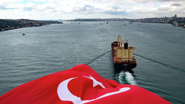 Турецкий флаг на мосту через пролив Босфор в Стамбуле