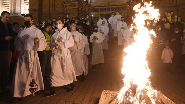 Верующие и священнослужители во время праздничного пасхального богослужения в римско-католическом кафедральном соборе Непорочного Зачатия Пресвятой Девы Марии в Москве
