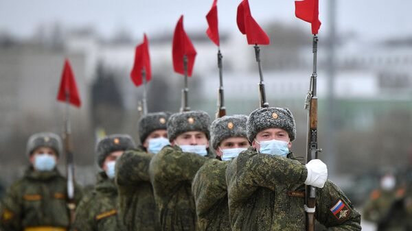 Военнослужащие во время репетиции военного парада, приуроченного к 76-летию Победы в Великой Отечественной войне, в подмосковном Алабино