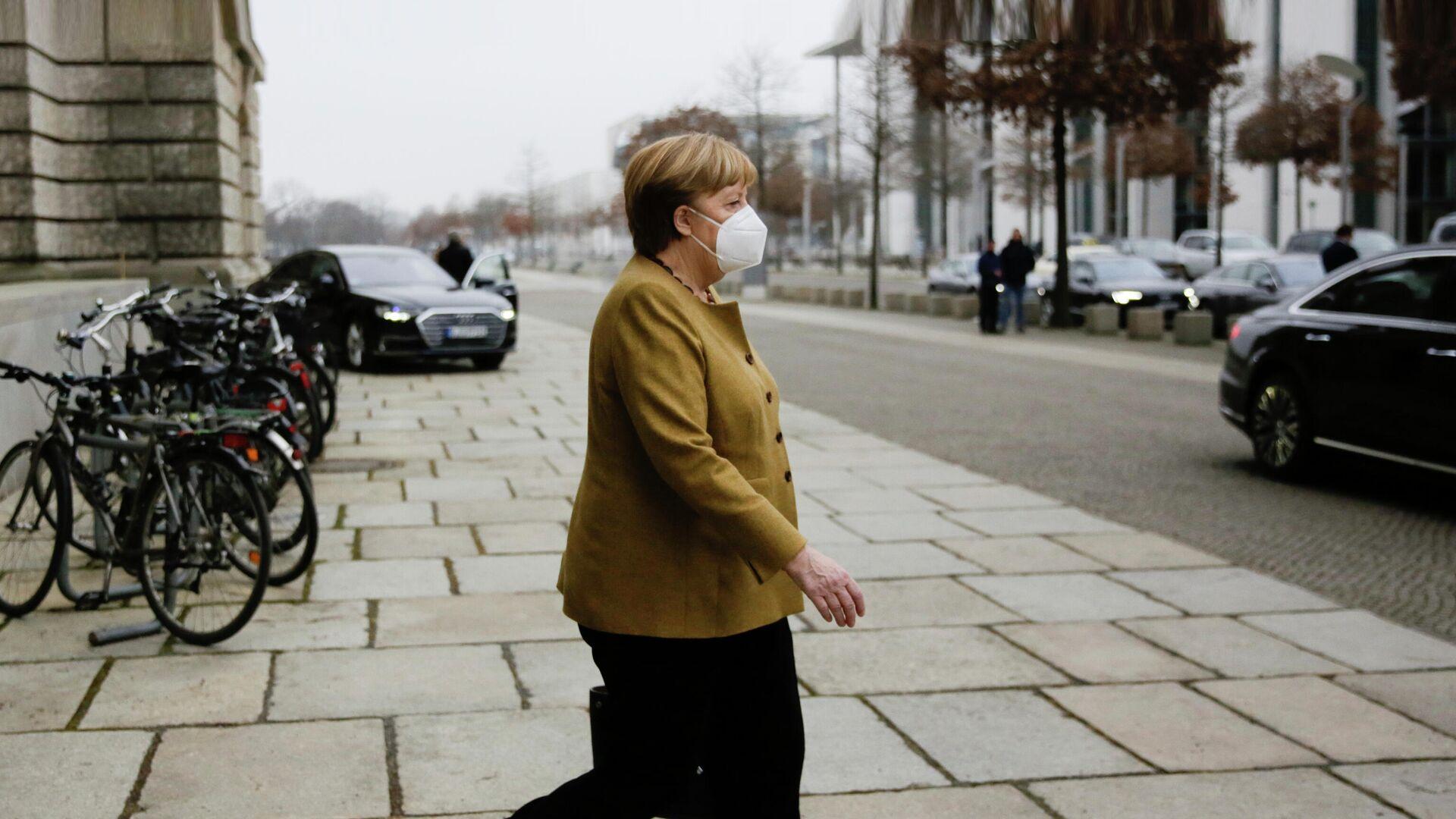 Канцлер Германии Ангела Меркель выходит из здания парламента в Берлине  - РИА Новости, 1920, 21.04.2021