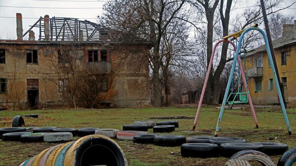 Один из домов поселка шахты Глубокая в Горловке, который остался без крыши из-за обстрелов, а со временем и без жильцов