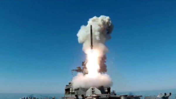 Пуск крылатой ракеты Калибр с фрегата Маршал Шапошников из акватории Японского моря
