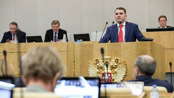 Председатель Комитета по труду, социальной политике и делам ветеранов Ярослав Нилов выступает на пленарном заседании Государственной Думы РФ