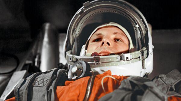 Космонавт Юрий Гагарин в кабине космического корабля Восток-1 перед стартом