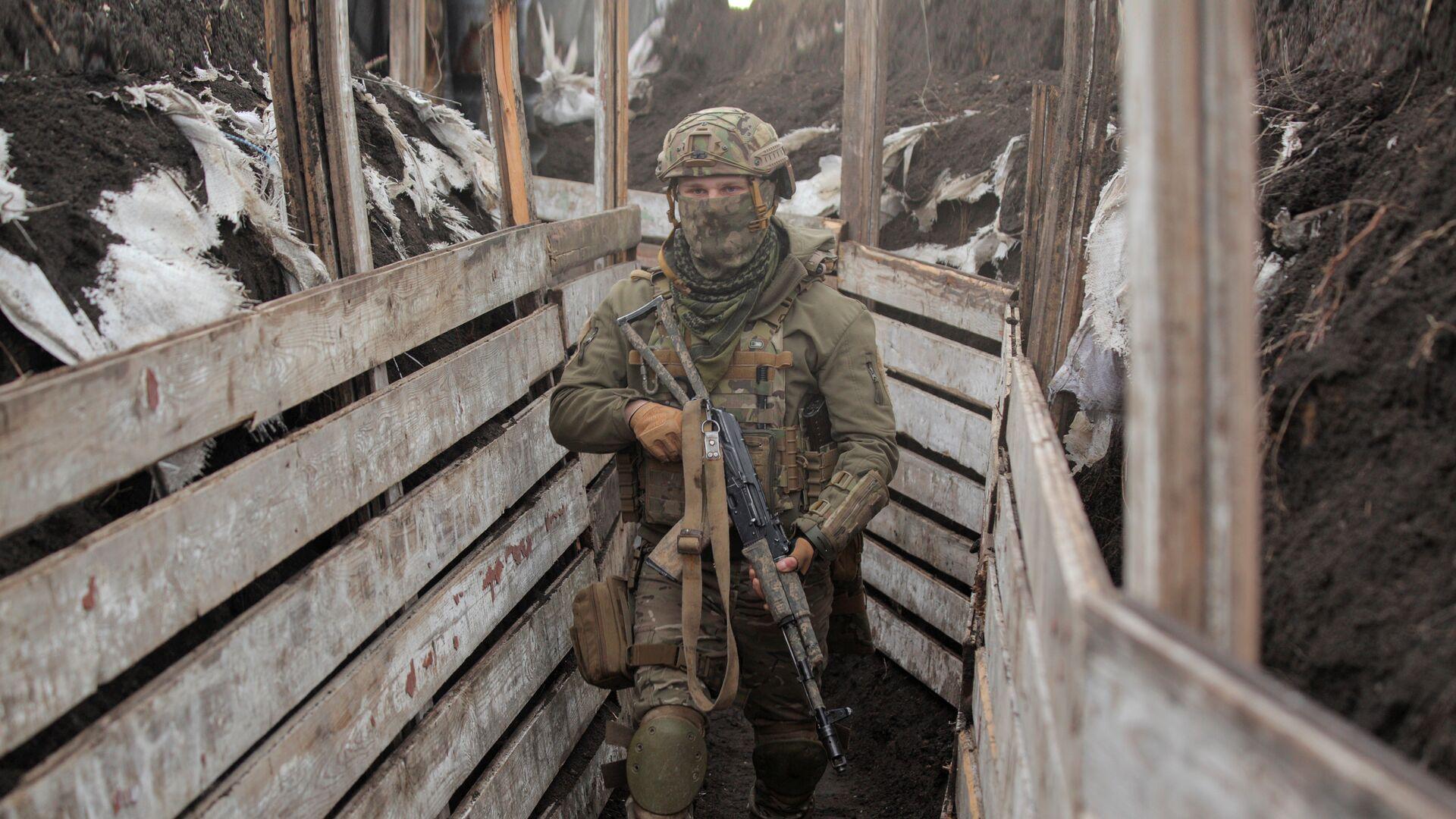 Украинский военнослужащий на боевых позициях на линии разделения в Донецкой области - РИА Новости, 1920, 16.04.2021