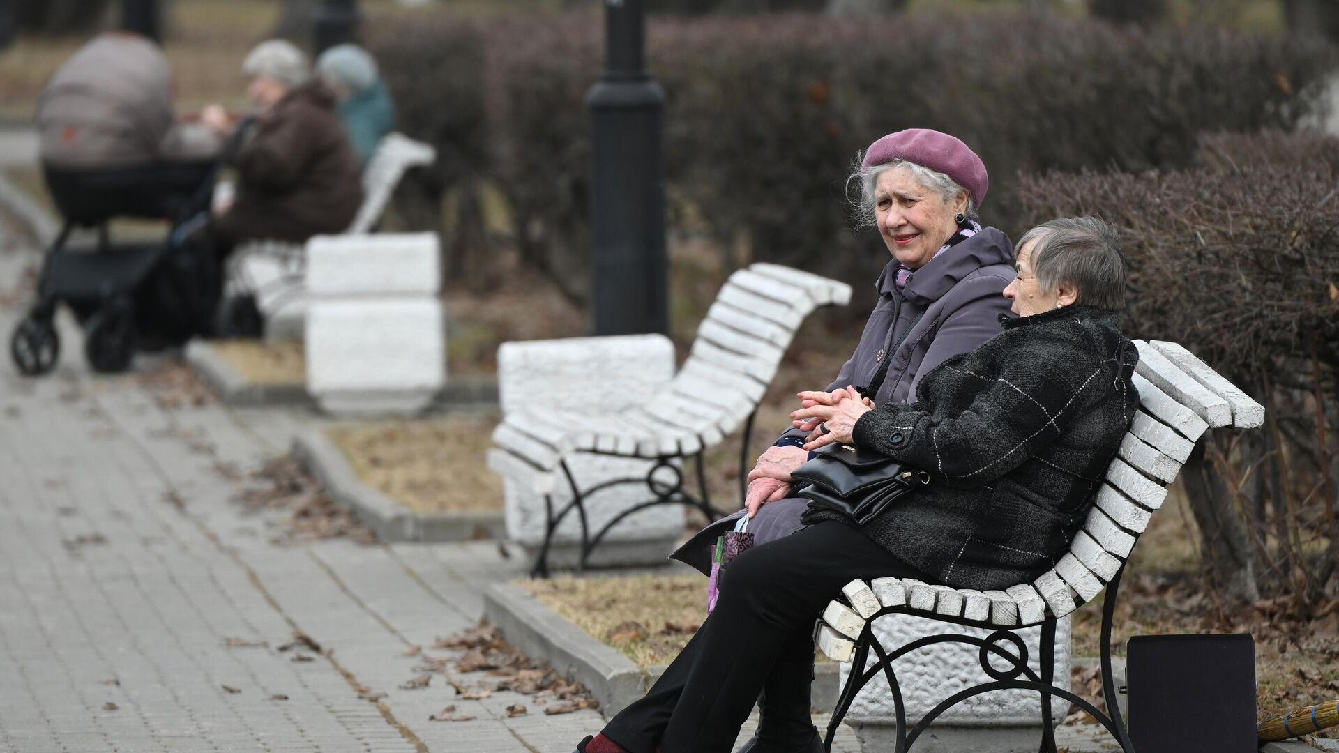 Женщины сидят на скамейке в Репинском сквере в Москве - РИА Новости, 1920, 27.09.2021
