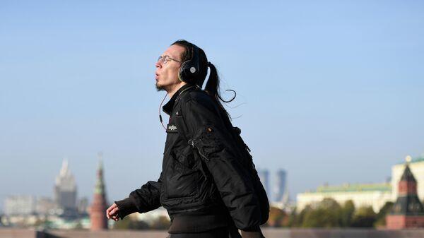 Мужчина идет по Большому Москворецкому мосту в Москве