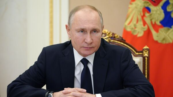Президент РФ Владимир Путин во время встречи в режиме видеоконференции с Владиславом Ховалыгом