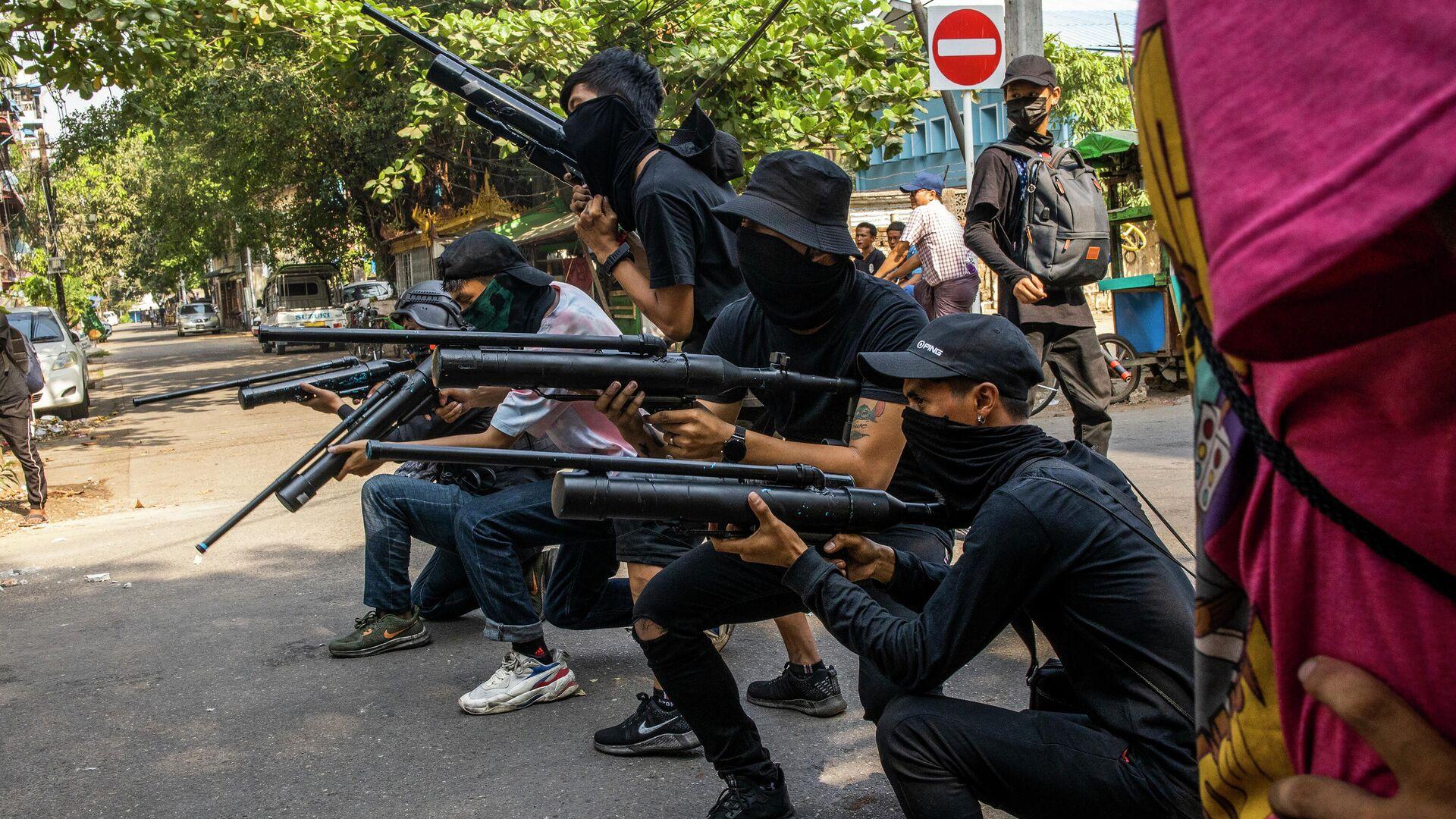 Протестующие против военного переворота с самодельными пневматическими винтовками в Янгоне, Мьянма - РИА Новости, 1920, 22.04.2021