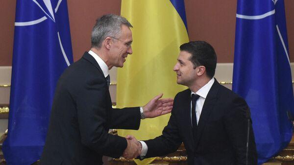 Президент Украины Владимир Зеленский и генеральный секретарь НАТО Йенс Столтенберг во время встречи