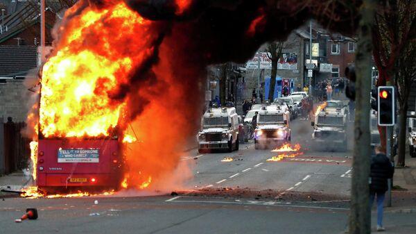 Горящий автобус во время беспорядков в Белфасте