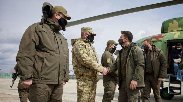 Президент Украины Владимир Зеленский во время визита на Донбасс