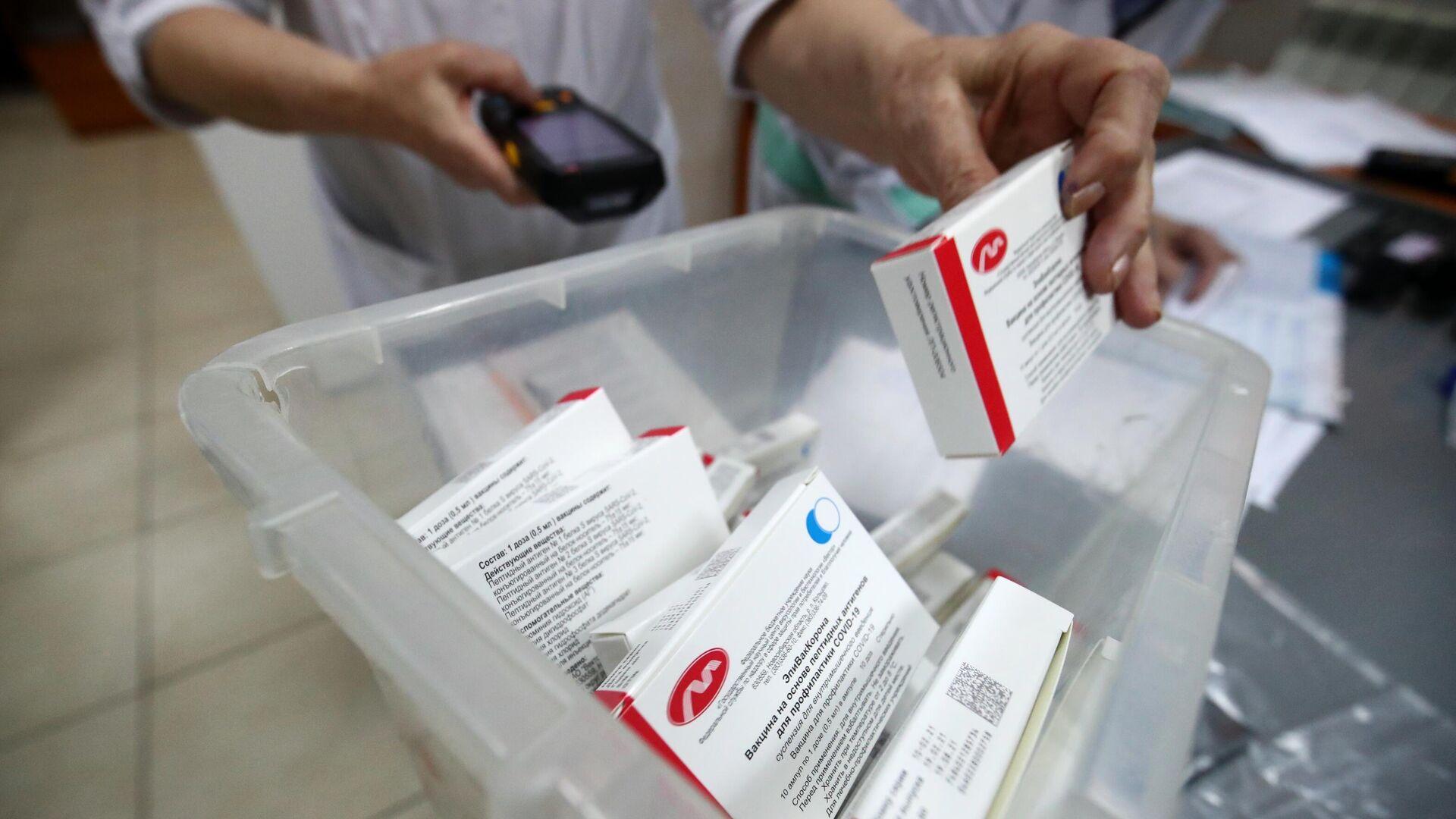 Партия вакцины ЭпиВакКорона для профилактики COVID-19 на аптечном складе в Волгограде - РИА Новости, 1920, 20.07.2021
