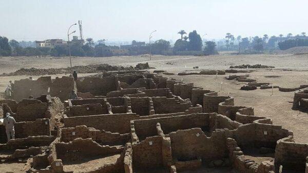 Египетская археологическая миссия во главе с известным ученым, бывшим министром археологии Египта Захи Хавассом обнаружила на западном берегу Нила под Луксором затерянный в песках Золотой город