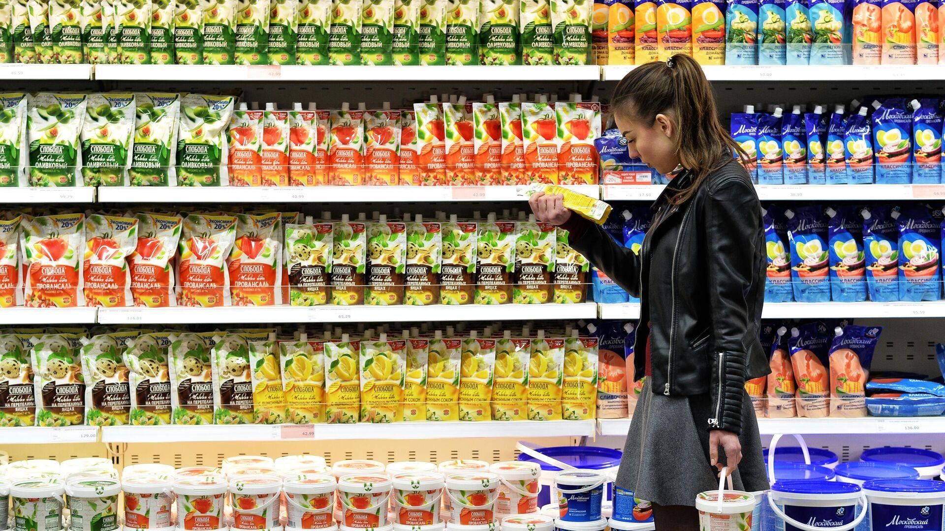 Покупательница выбирает майонез в супермаркете - РИА Новости, 1920, 02.08.2021