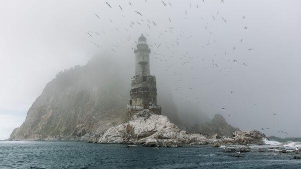 Заброшенный маяк острова Сахалин был построен японцами в 1939 году на небольшой скале, возле труднодоступного мыса Анива