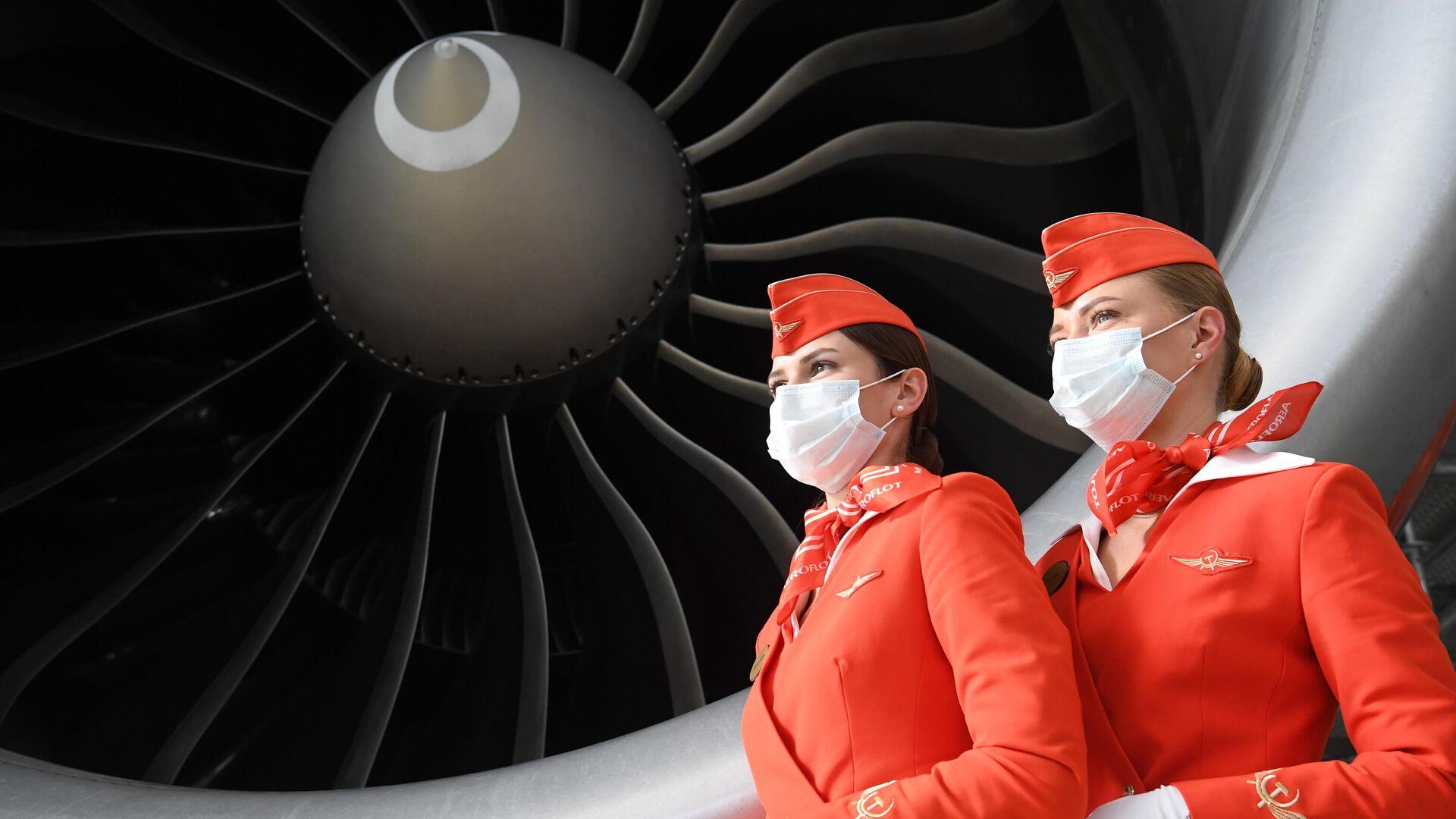 Стюардессы авиакомпании Аэрофлот у самолета Boeing 777-3M0/ER M.Kutuzov во время презентации новейшего ангарного комплекса в Шереметьево - РИА Новости, 1920, 29.04.2021