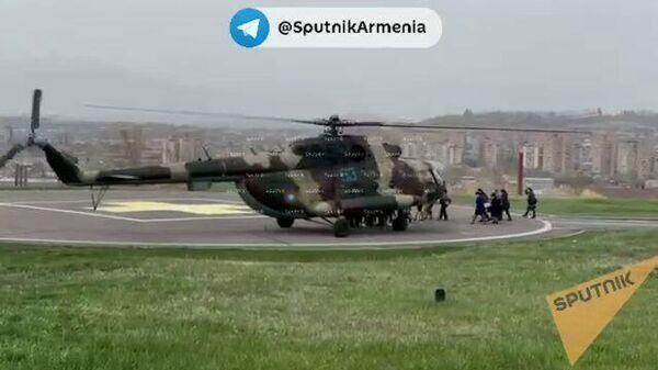 Женщин эвакуируют из здания Минобороны Армении на вертолете