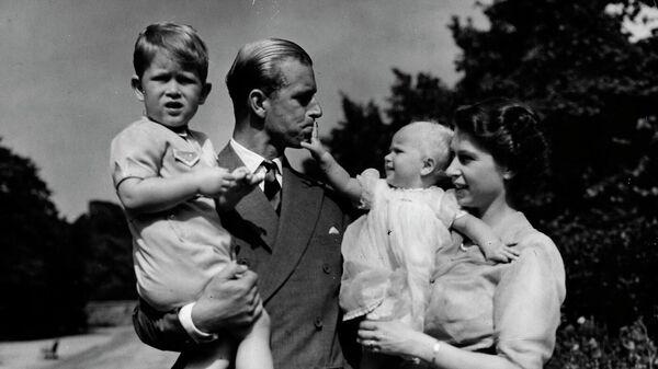 Королева Великобритании Елизавета II, герцог Эдинбургский и их детьми принц Чарльз и принцесса Анна