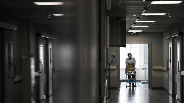 Медицинский работник в гематологическом корпусе городской клинической больницы им. С. П. Боткина