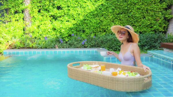 Завтрак на воде на тропическом курорте