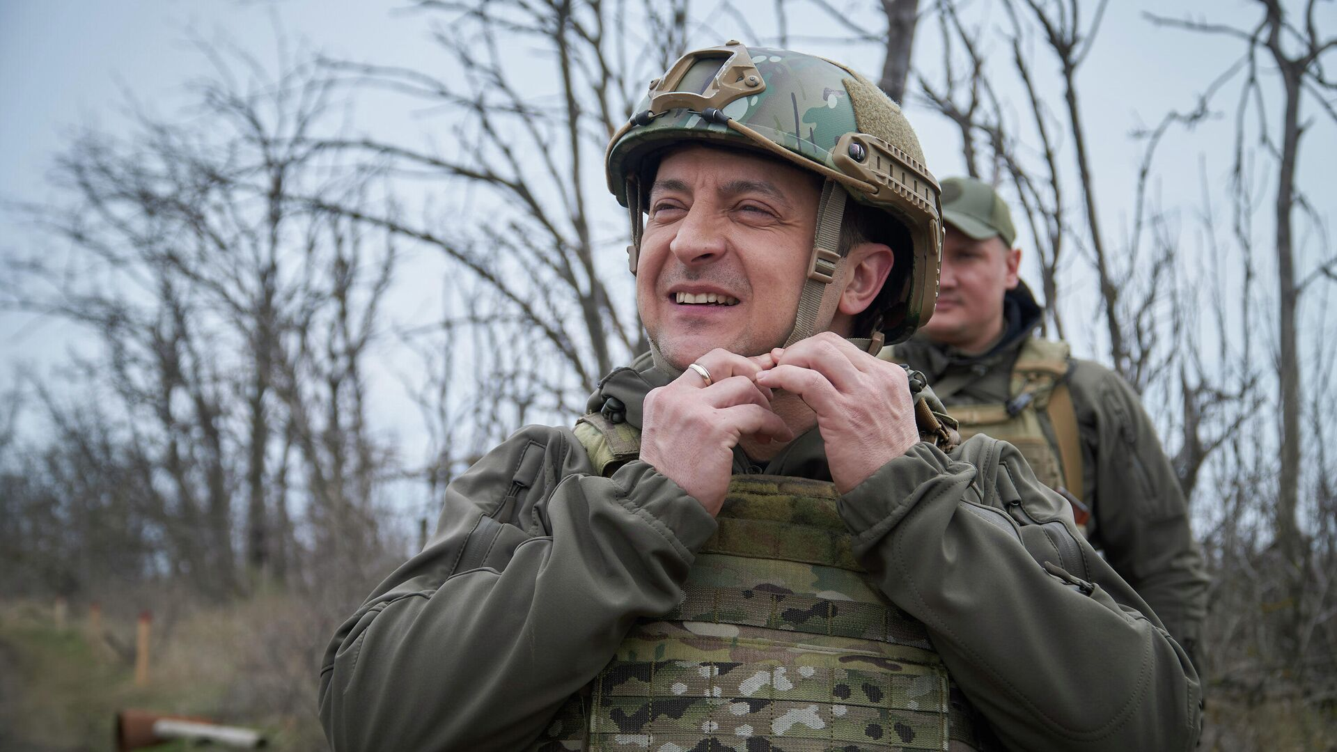 Президент Украины Владимир Зеленский во время посещения позиций украинских войск в Донбассе - РИА Новости, 1920, 08.05.2021